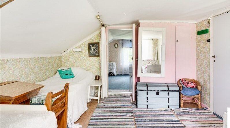 Sovrummen har båda furugolv och mönstrade tapeter.
