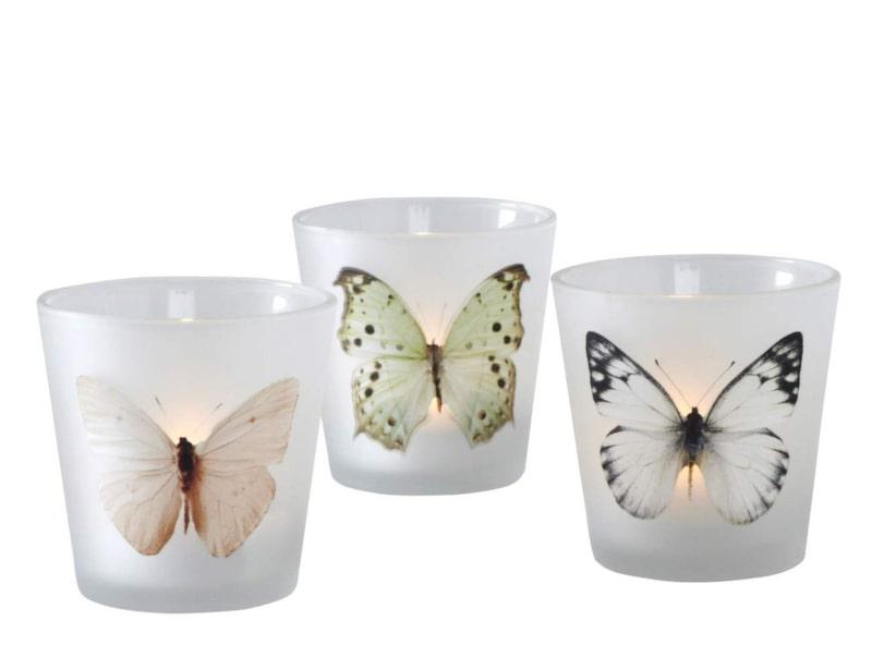 Tre ljuslyktor i frostad glas med fjärilsmotiv. För värmeljus, 79 kronor, Ellos.