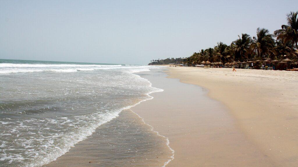 På Kololistranden slår Atlantens vågor mot den ljusa och finkorniga sanden.