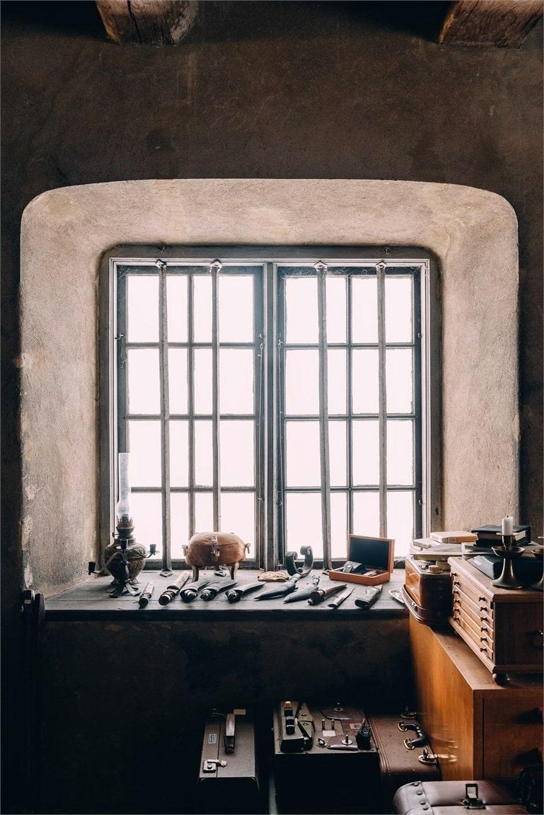 Vackra spröjsade fönster och djupa fönsternischer. Till fönstren hör gamla fönstergaller som nuvarande ägare restaurerat.