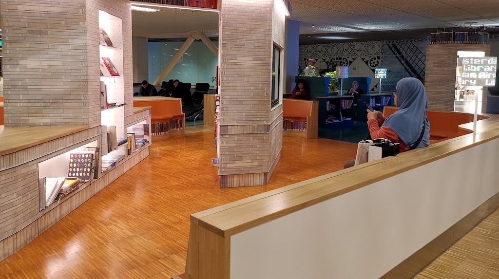 På Amsterdam Schiphol finns ett bibliotek, komplett med böcker, iPads och mysiga sittplatser.
