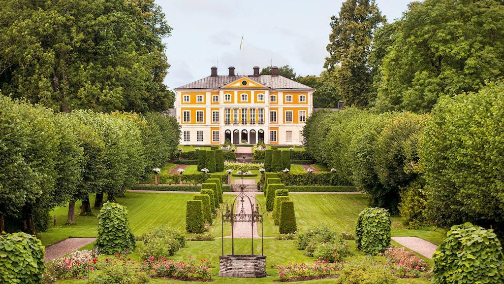 Julita gård har anor från vikingatiden. Den nuvarande huvudbyggnaden uppfördes på 1700-talet och till godset hör 2 200 hektar mark och en herrgårdspark med köks-, frukt-, humle- och stilträdgård.