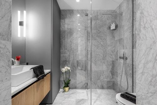 Badrummet är inrett i Carraramarmor, har golvvärme, eldriven handdukstork, infällda spotlights och integrerade högtalare i tak.