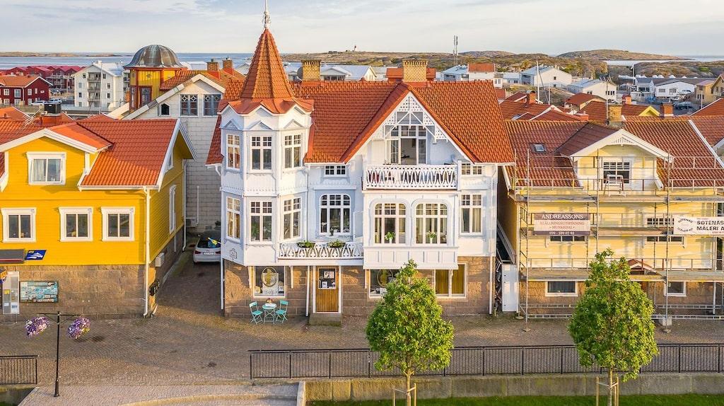 Nu finns den pampiga villan till salu på Hemnet för 12 595 000 kronor. Och det är en unik chans, det är hela 60 år sedan den var ute på bostadsmarknaden.