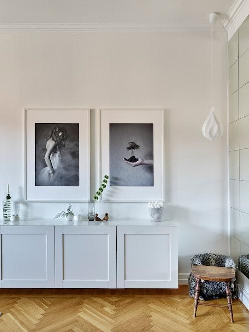 Linnea och Carsten har byggt ett sideboard av köksskåp, med måtten 60x60 cm, som rymmer mycket. Köksskåp, Metod, från Ikea. Barnstolen är fyndad på Blocket. Posters, Desenio och Printler. Lampa från Vita. Spegelvägg, från Ikea.