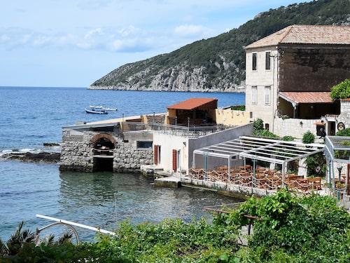 Ta med familjen på restaurang. Taverna Vatrica är gott och billigt.