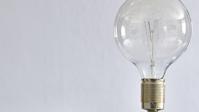 """""""Lampan är köpt på en liten second hand-butik och såg inte ut att vara mycket för världen, men jag såg potentialen. Vi slängde lampskärmen, bytte den plastiga hållaren mot en i mässing och satte i en stor glödlampa, vips – en riktigt snygg lampa"""", berättar Johanna."""