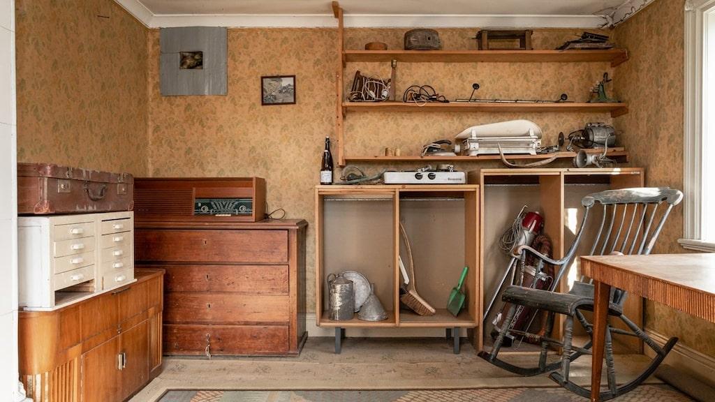 En gammal radio och gungstol hör till alla prylar som ingår i köpet.