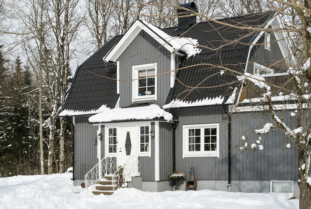 Familjens hus i vinterskrud. Emma och Jörgen bor i Jättebo utanför Dannike i Västergötland.