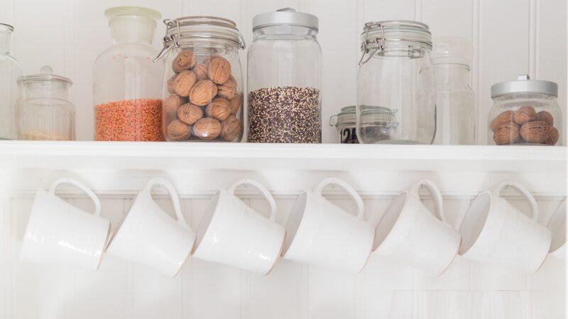 Rensat och städat i köksskåpet!