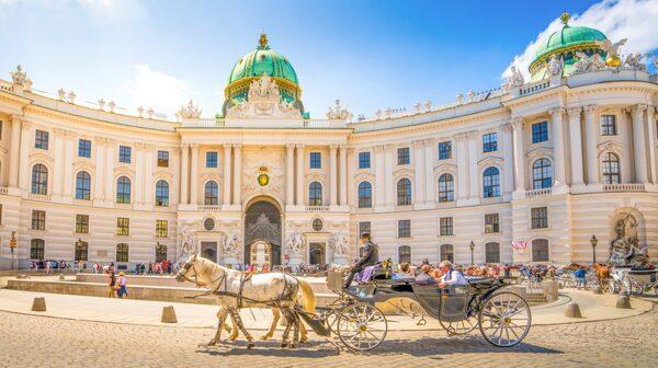 Spanska ridskolan är ett populärt turistmål i Hofubrg i Wien.