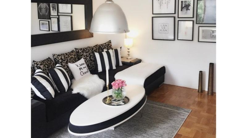 Vardagsrum och kök sitter ihop. Soffan och bordet kommer från Living.