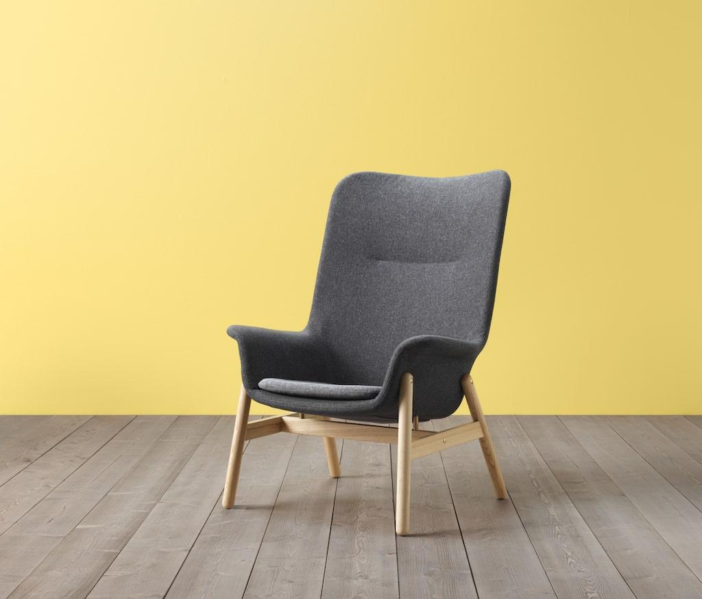 Bakom fåtöljen VEDBO ligger det danska designföretaget Hay.