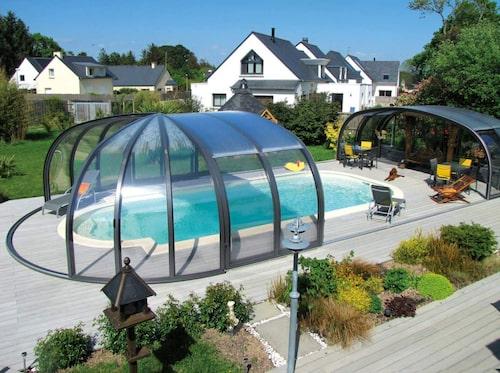 Med ett pooltak minimerar du underhåll och skyddar poolen. Här pool från Svenska poolfabriken.