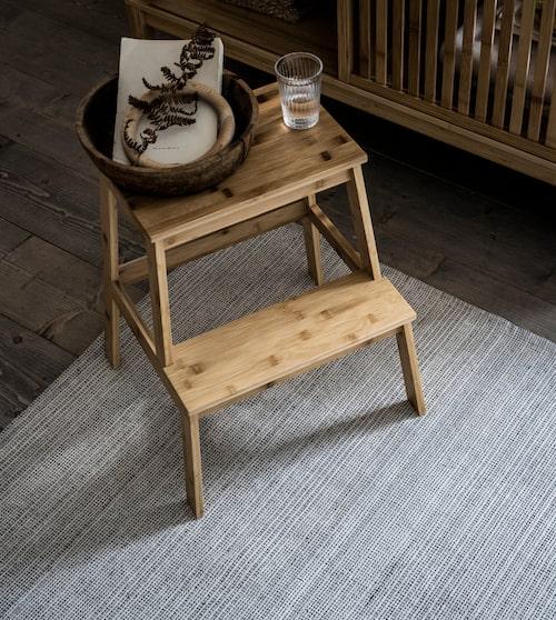 Den slätvävda mattan Tiphede är ny och tillverkad av 100 procent återvunnen bomull.