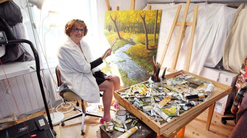 På ovanvåningen ligger ateljén. Elisabet tycker om att måla vackra naturscenerier.
