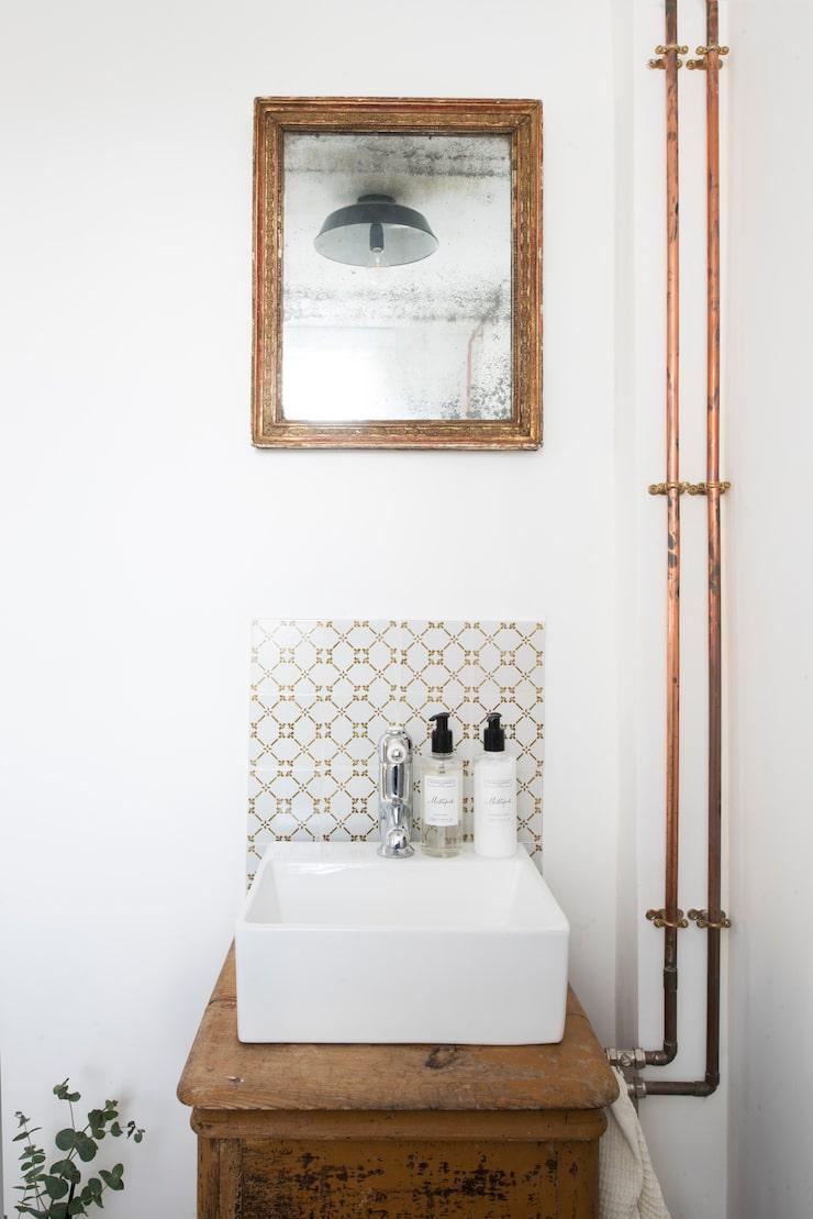 Antika möbler och spegelramar passar fint i huset. Kommod från Vadstena Antik.