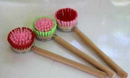 Användbart. Tänk att få en egen riktig diskborste! Söta rosa borstar i trä från Rice, 90 kronor för tre, broarne.se.