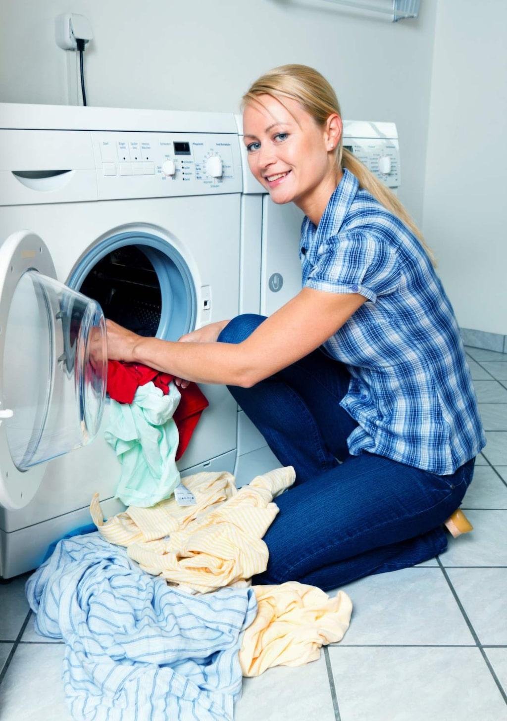 Låt inte kläderna ligga i torktumlaren när de torkat färdigt. Då blir de nämligen skrynkliga.