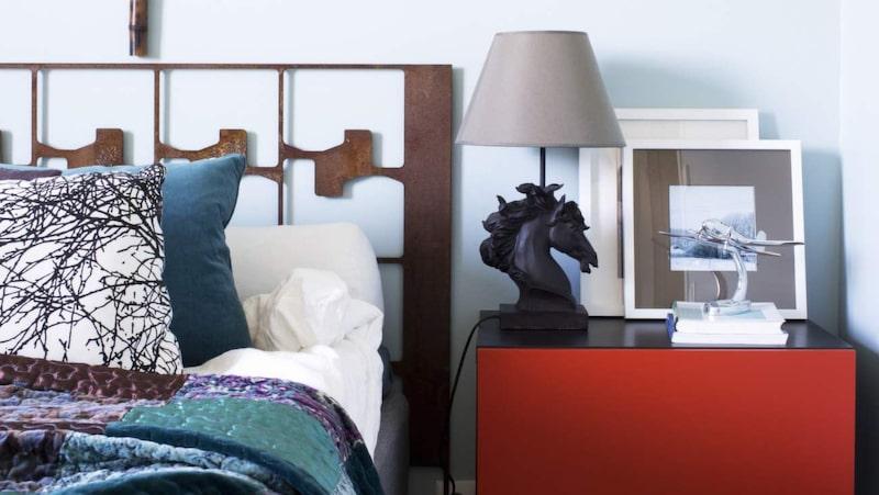 <p>Spännande detaljer. Sänggavel i rostigt stål av okänd konstnär. Överkast från Indiska. Sängskåp från Ikea.</p>
