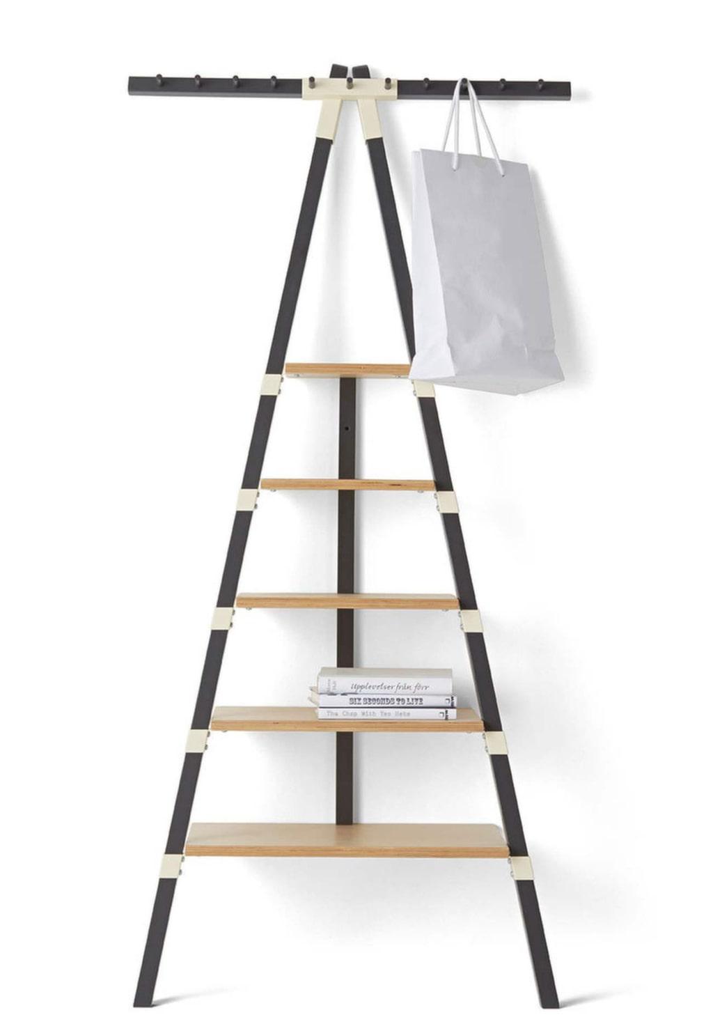<p>Här är en smart hylla som tar liten plats och som kan lutas mot väggen. <br></p>