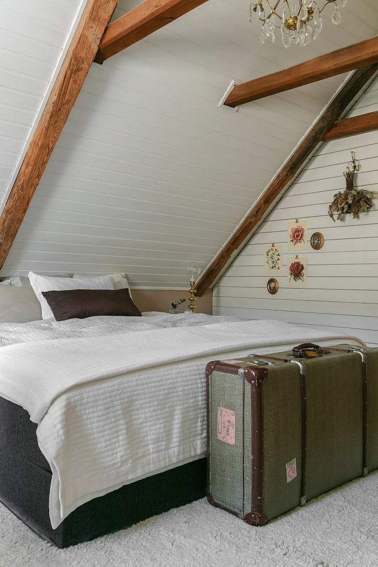 I Marina och Jonas rum är de sneda takväggarna målade vita vilket ger ett lugnare intryck.