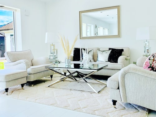 Bella Jonuzis hem går i vitt med silver och guld som accentfärger.