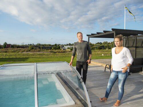 """""""Vår elräkning är faktiskt högst på sommaren, inte vintern, på grund av poolen som vi värmer upp till trettio grader"""", säger Patricia Pålsson och Jonas Nilsson."""