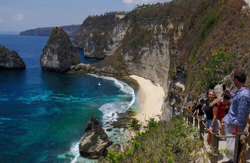 Atuh Beach på ön Nusa Penida kräver ett antal trappsteg ner om man vill bada där.