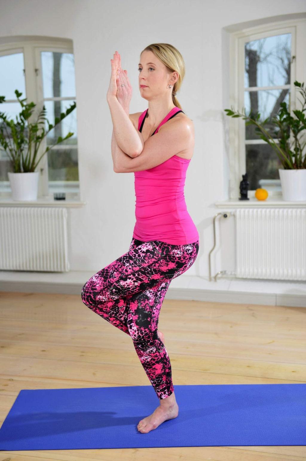 """<p><strong>Örnen</strong><br><strong>Bra för: </strong>Stärker underkroppen, som lår och rumpa, och ökar rörligheten i många av kroppens leder. Förbättrar balansen.</p><p><strong>Gör så här:</strong> Böj på höger ben, korsa ben vänster över och försök få foten runt bakom vaden. Sträck fram armarna, lägg höger över vänster, böj armarna så att de är i 90 graders vinkel och försök lägga handflatorna mot varandra så att armarna slingrar sig om varandra. Blicken mot händerna, men titta """"igenom"""" händerna, inte på dem. Upprepa på motsatt sida.</p><p><strong>Enklare: </strong>Håll armarna som i Urkraft.</p>"""