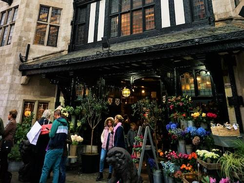 Liberty ligger runt hörnet från Regent street och öppnar julshoppen redan i oktober.