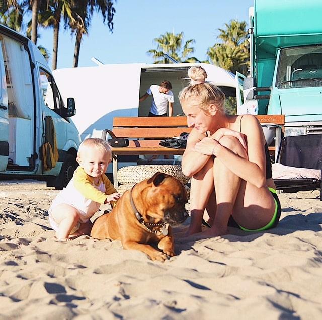 Familjen har lärt känna många andra vanlifers som de slår läger tillsammans med.