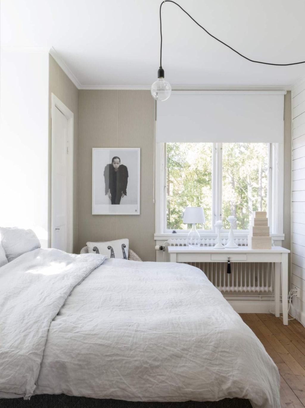 Åsa och Jens sovrum ligger på övervåningen med utsikt ut över en trädunge.