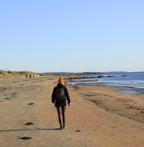 Njut av lugnet vid Skrea strand.