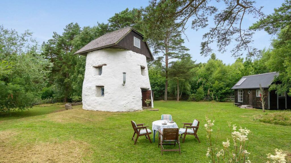 Den här väderkvarnen på Gotland är till salu för 1,7 miljoner kronor.
