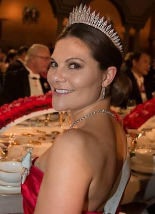 870bbc9ea379 Att kronprinsessan bar serafimerordens band på bar hud fick Magdalena  Ribbing att reagera. Foto: DAVID SICA / STELLA PICTURES