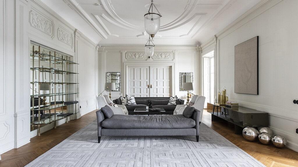 Vardagsrummet är även det stort och luftigt. Dubbeldörrarna är förseglade och bakom dem finns grannlägenheten.