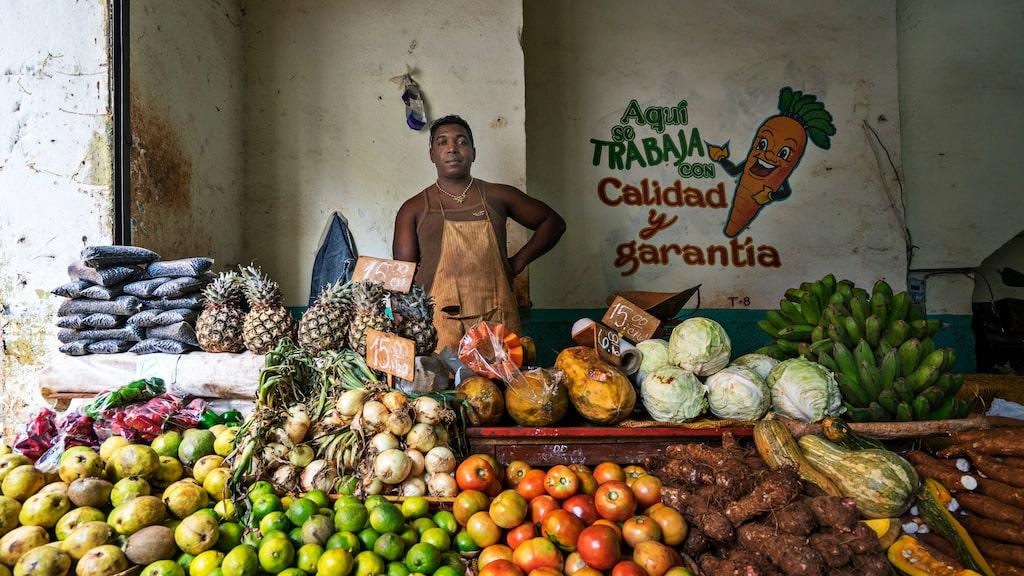 Vart man än reser på ön slås man av förfallet och fattigdomen, men framför allt av kubanernas varma, öppna och hjälpsamma attityd. De vi träffar känns genuint patriotiska och tillfreds med sina liv, trots att landet är en diktatur.