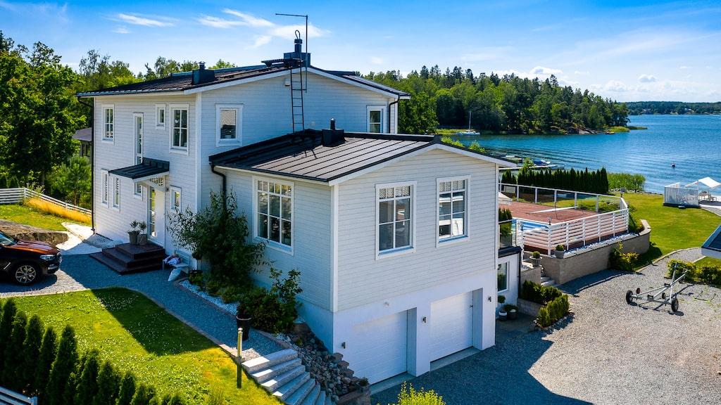 Magnus Normans villa ligger i Stockholms skärgård och är nu ute till försäljning.
