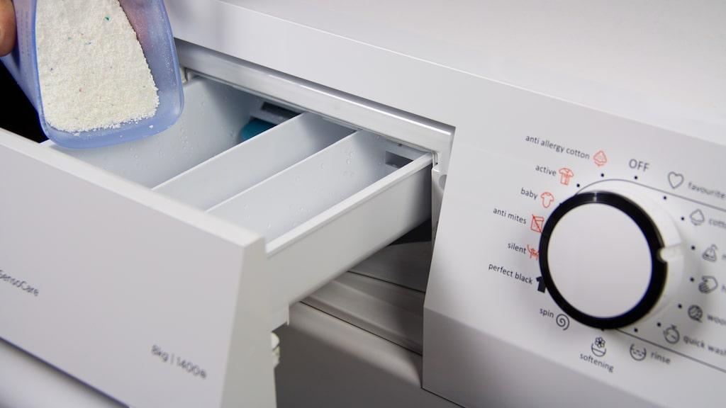 Att överdosera tvättmedel gör inte kläderna renare, och det är inte heller bra för maskinen.
