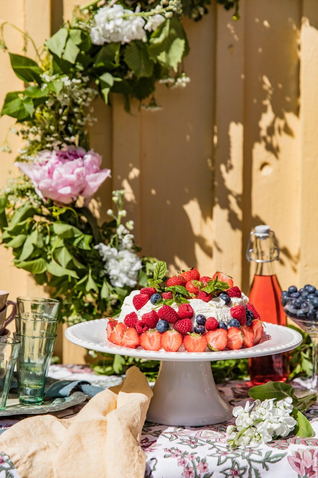 Gör små fina blomsterkransar som kan läggas på bordet eller en stor blomsterkrans som fin dekoration vid fikabordet. Tårtfat, 500 kr, Pottey Jo.