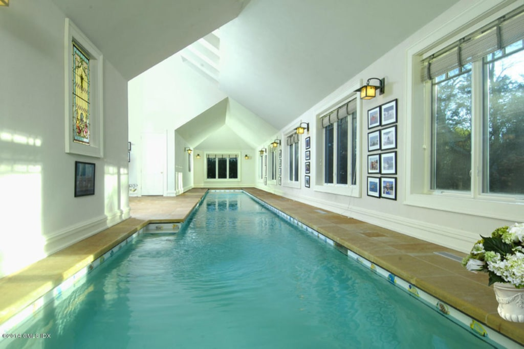 "<p>Pool både inomhus och utomhus. <em>Foto: <a target=""_blank"" href=""https://www.toptenrealestatedeals.com/homes/weekly-ten-best-home-deals/2016/05-09-2016/"">Toptenrealestatedeals.com</a></em></p>"