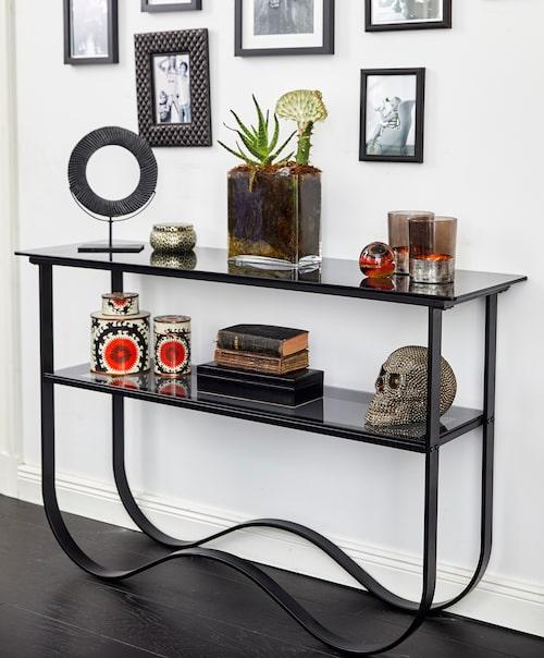 """Avlastningsbord i rökfärgat glas. Laila Bagge beskriver kollektionen som """"modern art deco med en twist""""."""
