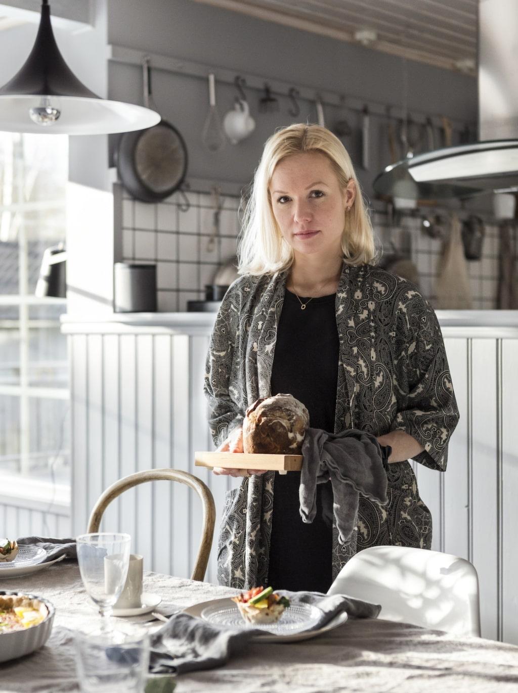 """""""Det är Roger som lagar i princip all mat i vårt hem. Jag skulle säga att det är hans näst största intresse efter båten"""", säger Emelie."""