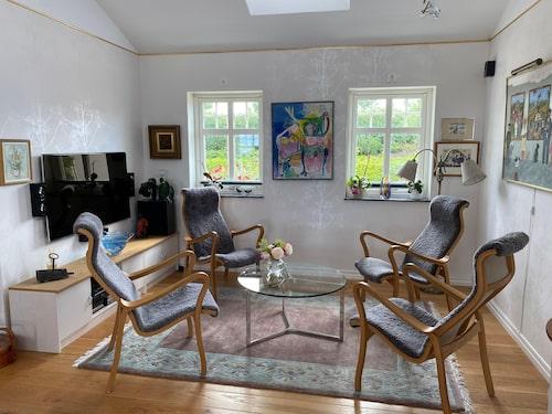 Inredningen är ren och villan har trägolv och klinkers. De flesta av möblerna är köpta på Svenssons i Lammhult och hos Ekeby möbler.