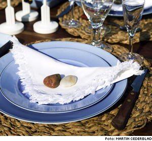 Stor tallrik, 265 kronor, liten tallrik, 185 kronor, rektangulär assiett, 160 kronor, allt från Classic Home/NK. Bomullsservetter, 29 kronor, Indiska.