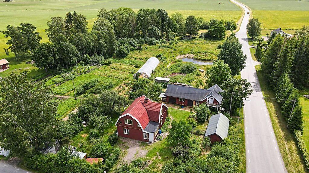 Fastigheten från ovan, här finns förutom villa också gårdsbutik i lada, odlingar, växthus, dammar och hagar...