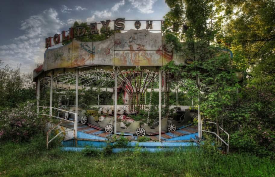 Karusellen i den här stängda nöjesparken håller på att växa igen totalt.