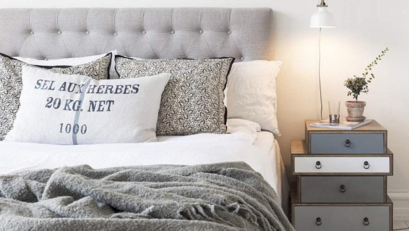 <p>Mysigt och ombonat sovrum. Säng, Carpe Diem, sänggavel, Furniturebox, lampa, Ikea, klädställning, Granit. Nattlinne, sängkläder och filt från Beach house company. Sängbord från Åhléns.</p>
