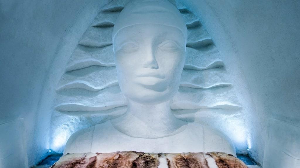 Svenska konstnären Linda Vagnelind har designat en kvinna i is som vakar över gästerna som sover i det kyliga rummet.